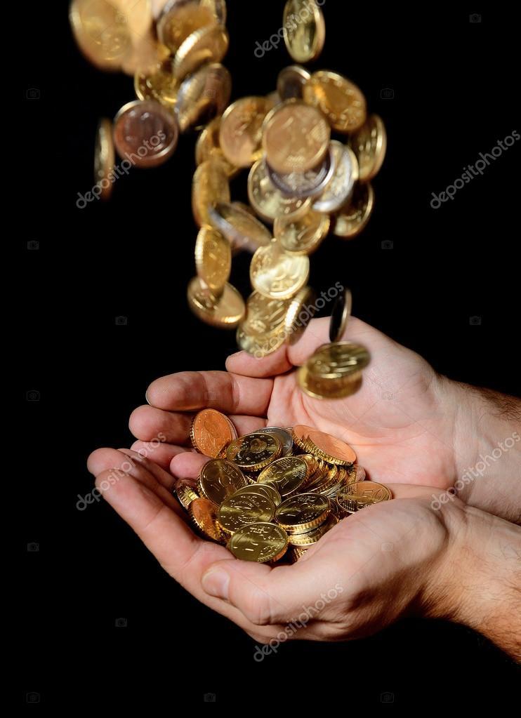 homme de mains pleines de recevoir une pluie de pi ces de monnaie d 39 argent photographie. Black Bedroom Furniture Sets. Home Design Ideas