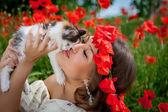 Fotografie schöne Frau spielt mit einem Kätzchen