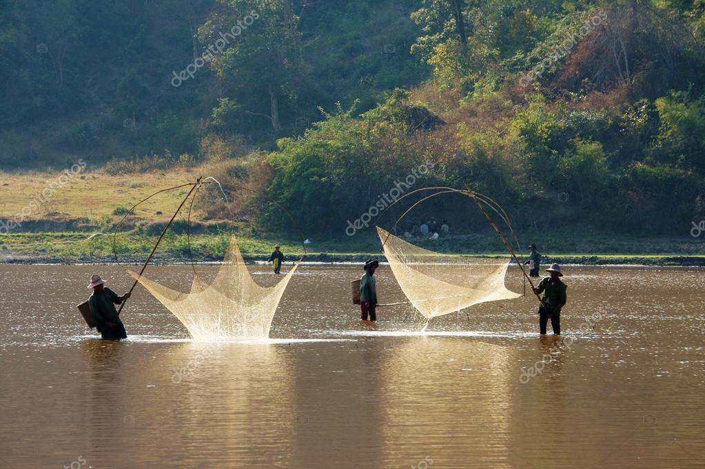 la gente pesca por elevación neta en zanja — Foto editorial de stock ...