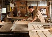 Fotografie mladý dělník v truhlářství