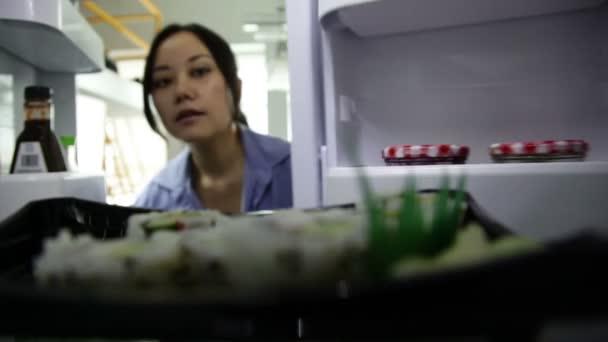 Asijská dívka v její 30s v moderní kuchyni