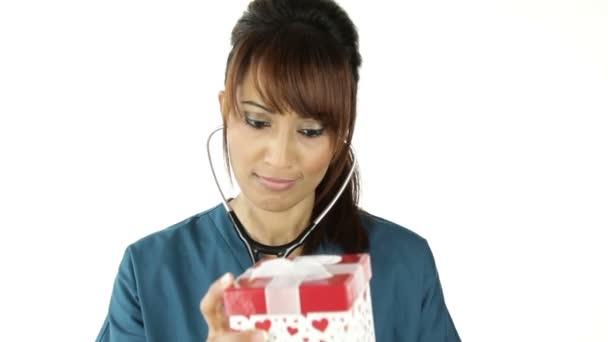 zdravotní sestra s dárkem