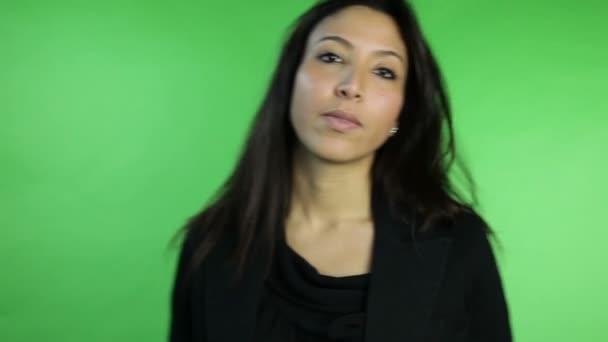 obchodní žena ukazující mlčení znamení s prstem na rtech