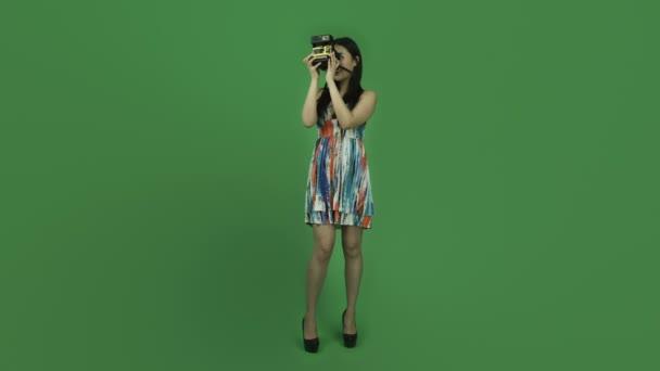 ragazza asiatica con polaroid