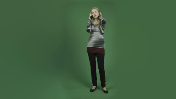 Lächelnde Frau im Handy-Gespräch
