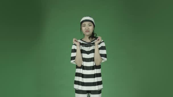 mladá asijská vězeňkyně