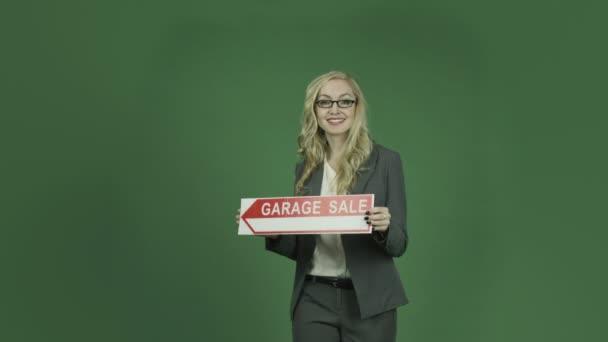 Üzletasszony tartja jele, garázs eladó