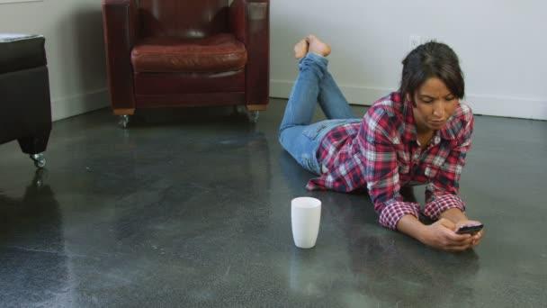 Žena používající mobil