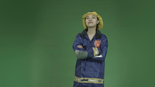 mladá asijská žena hasič