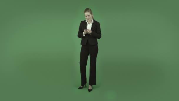 obchodní dívka pomocí mobilního telefonu