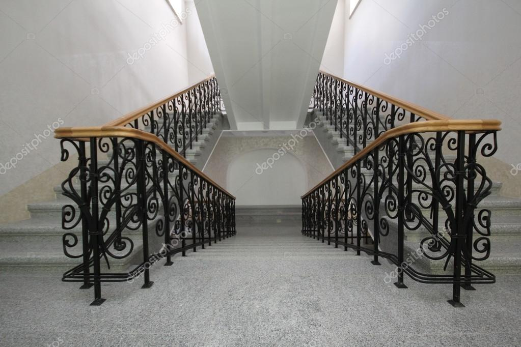 Een vlucht van trappen in een decoratieve gips u stockfoto
