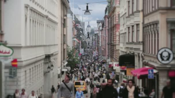 nákupní ulice přeplněné město