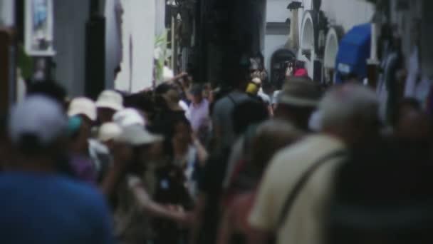 turisté procházeli nákupní ulice v Itálii amalfi