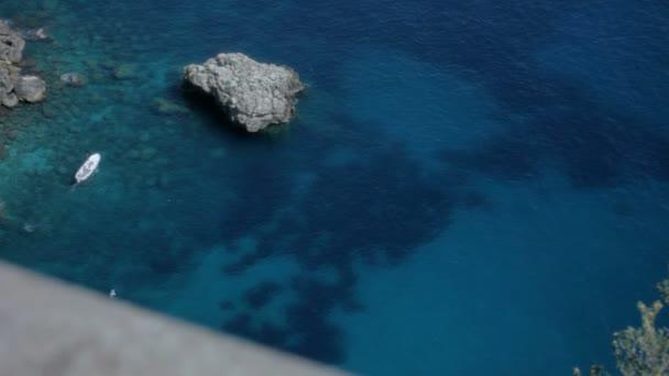 loď v čisté vodě Azure bay v Itálie capri