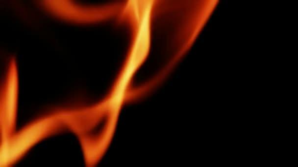 zblízka intenzivní hořící plameny černém pozadí
