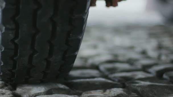 automobilové pneumatiky na chodníku