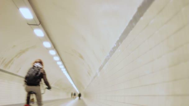 chodci a cyklisty v tunelu kolem metra