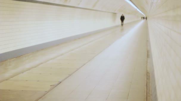vzdálené muž v tunelu verzi jsem
