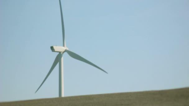 Mulino bianco turbina su un orizzonte concreto