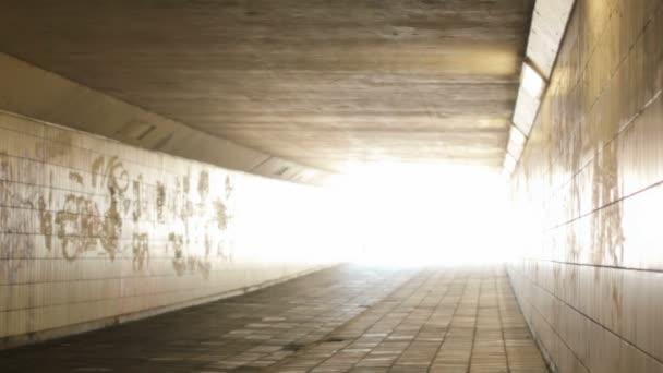 prázdné dojíždějící pěší a cyklisté tunel pan shot
