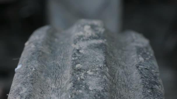 vyschla stopy zablácených pneumatik