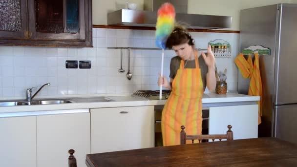 fiatal nő takarítást és a tánc