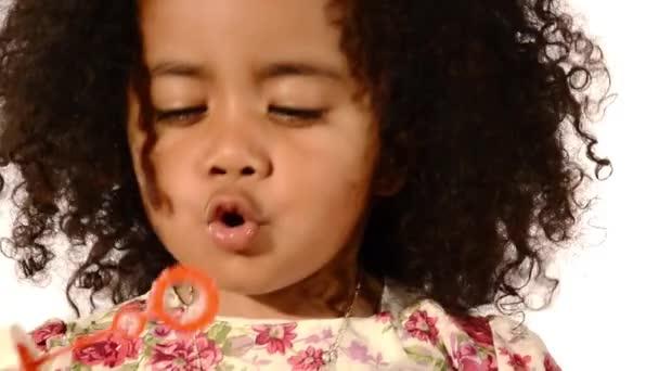 vicces kevert fekete és latino brazil kislány elszigetelt habosító szappan buborékok