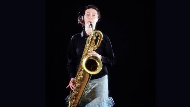 bariton saksofon çalmaya bir kadın