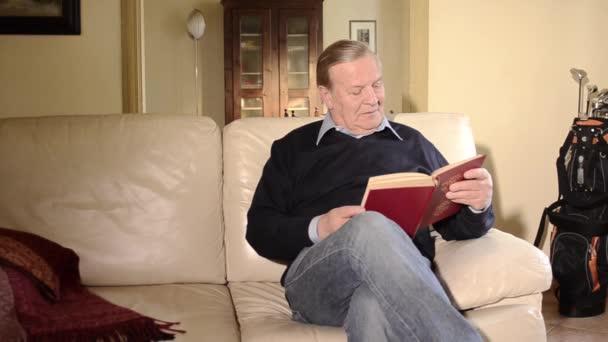 starší muž s knihou