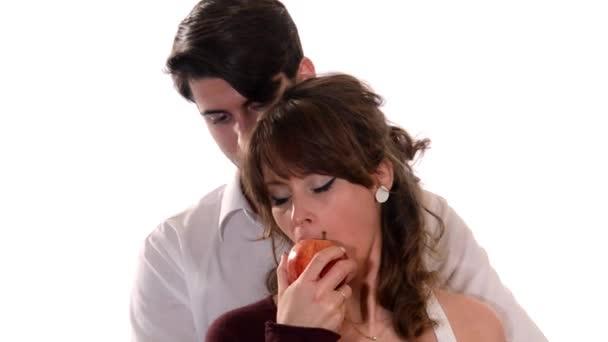 jungen Liebenden einen roten Apfel essen