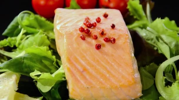 Steamed salmon with lettuce and tomatoes