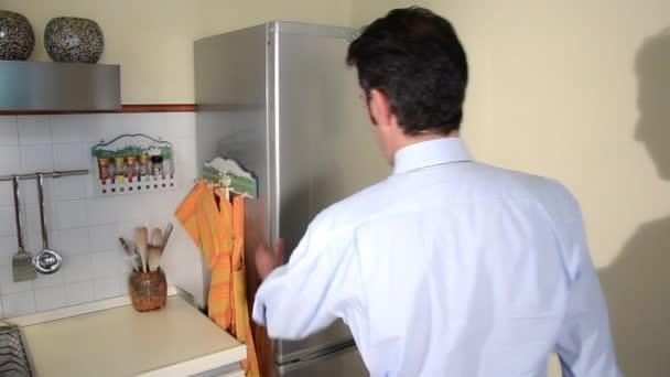 zklamaný muž hledá ve své prázdné lednici