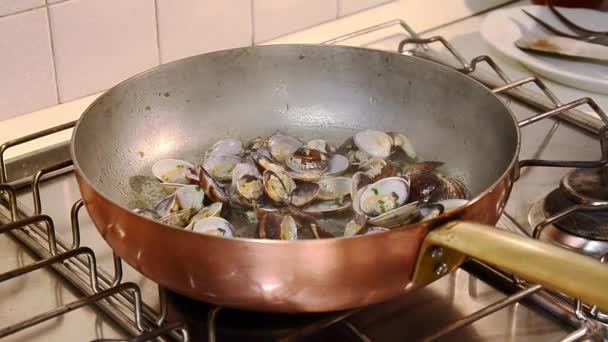 Cooking spaghetti with clams