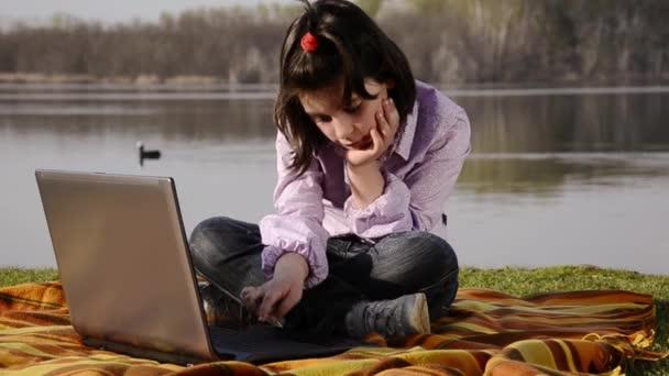 dítě, notebook a jezero