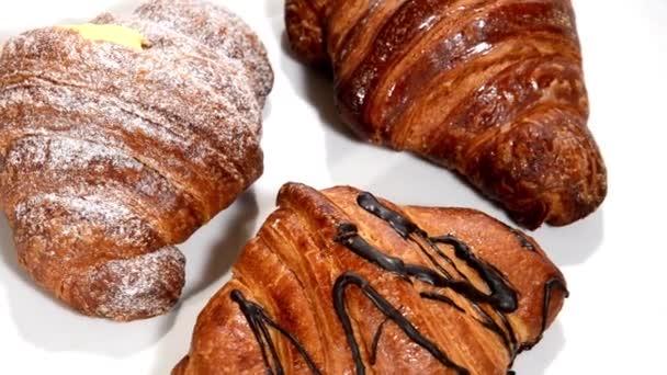 croissanty na bílé plotně otočení. snídaně.