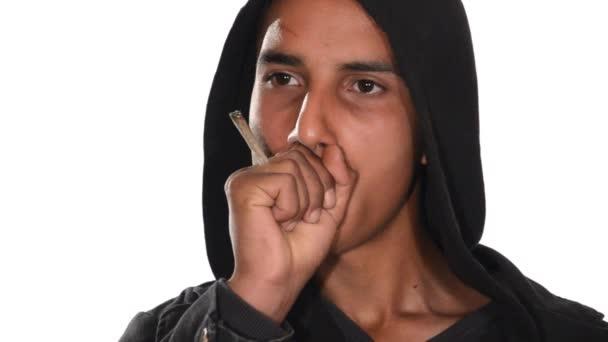 Közelkép a fiatalember dohányzás hasis együttes, fehér háttér.