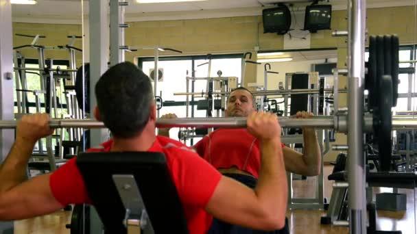 muž v tělocvičně dělat cvičení s činka