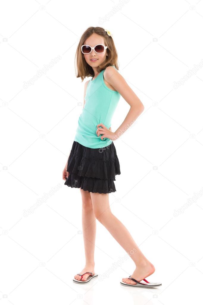 Девушка в мини позирует фото 690-576