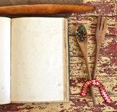 dřevěnou lžící a vidličkou
