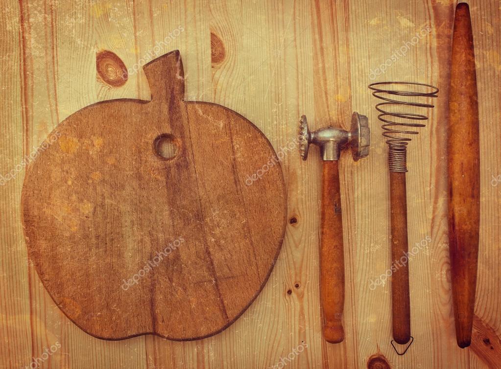 antiguos utensilios de cocina de madera sobre un fondo de madera ...