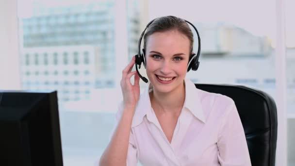 šťastný call center agent pracující