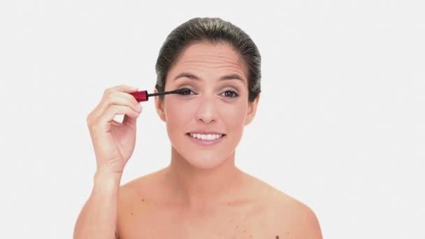 promyšlené bruneta žena použití řasenky