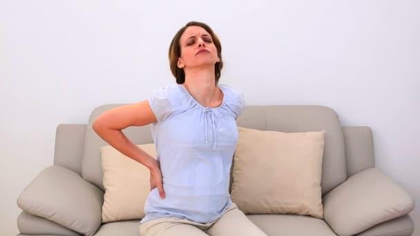 Terhes nő dörzsölés neki fájdalmas vissza a kanapén