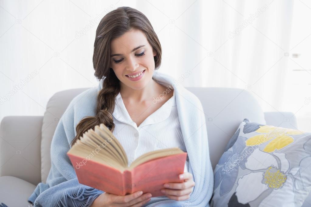 Mujer Leyendo El Libro En Blanco En El Jardín: Imágenes: Mujer Tranquila