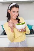 nádherný model obsahu drží zdravý salát