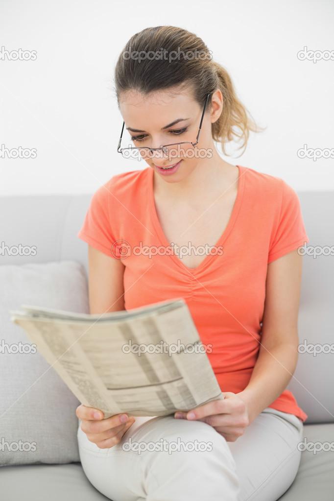сидит на лице и читает журнал семья