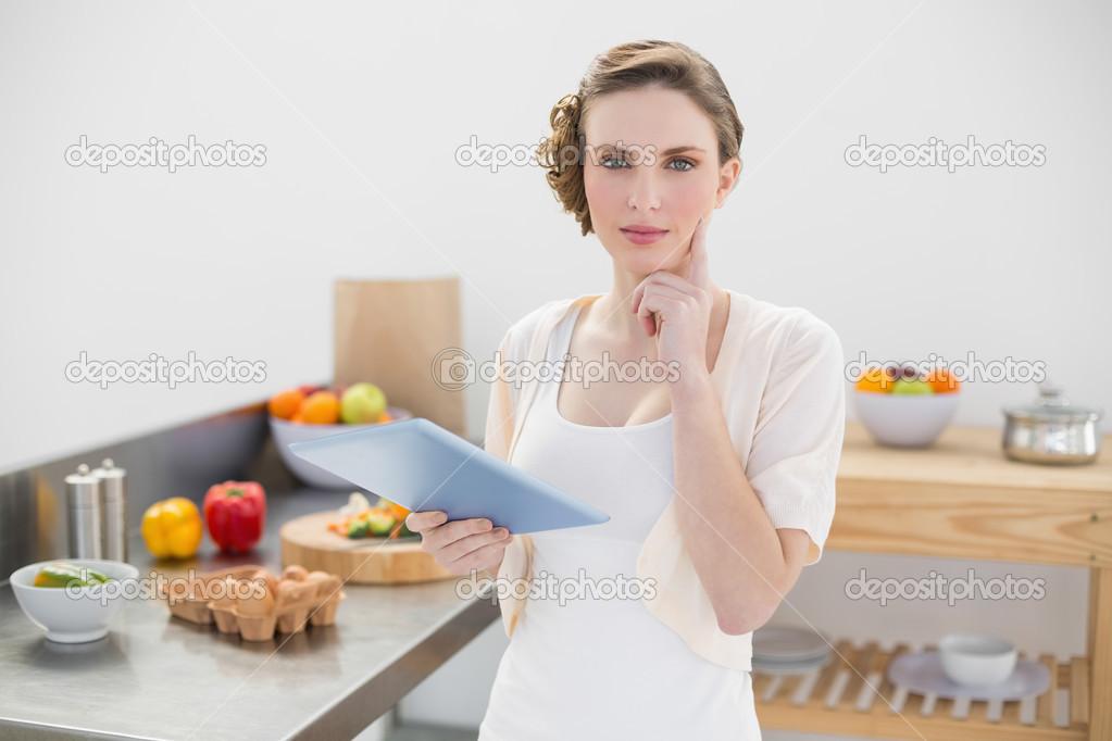 Denken wunderschöne Frau stand in der Küche halten Sie ihr tablet ...