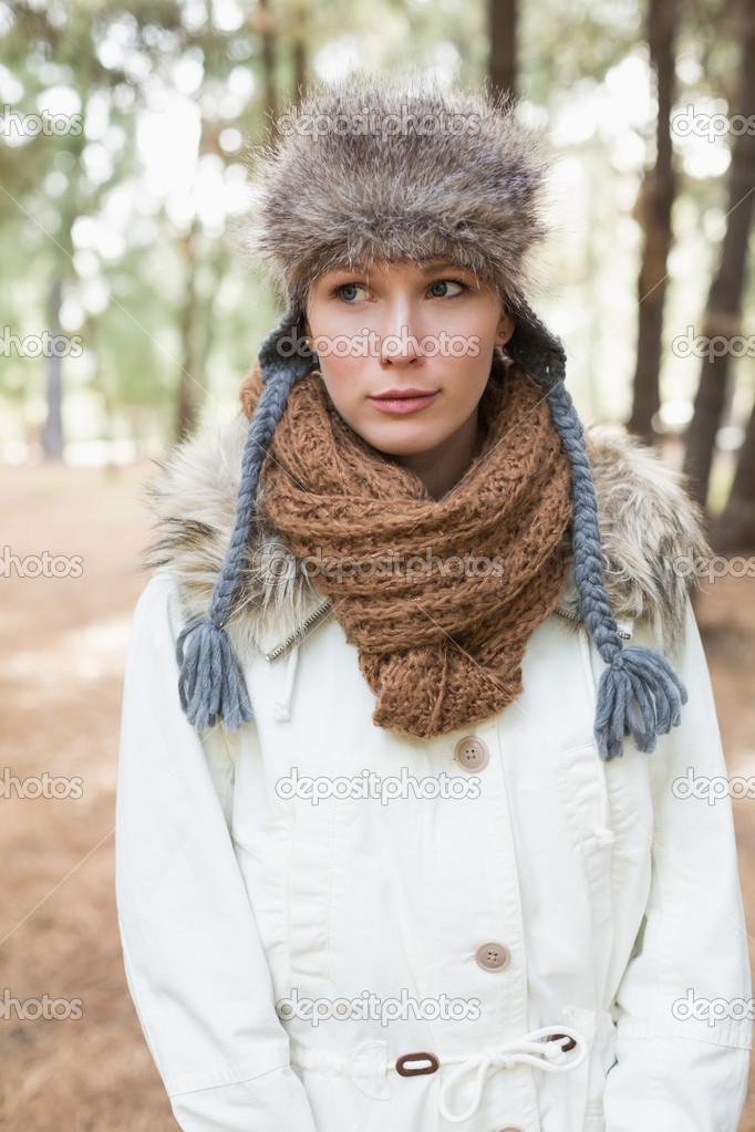Giovane bella donna che indossa il cappello di pelliccia con sciarpa di  lana e giacca nel bosco — Foto di lightwavemedia 5963b29acbbe