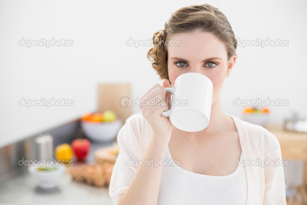 schöne Frau trinken aus der Tasse stehen in ihrer Küche — Stockfoto ...