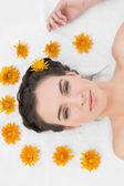 krásná mladá žena s květinami v salonu krásy